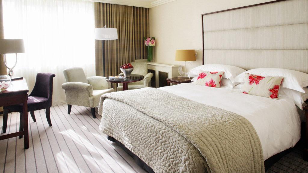 Кремовые обои в спальне в стиле неоклассика