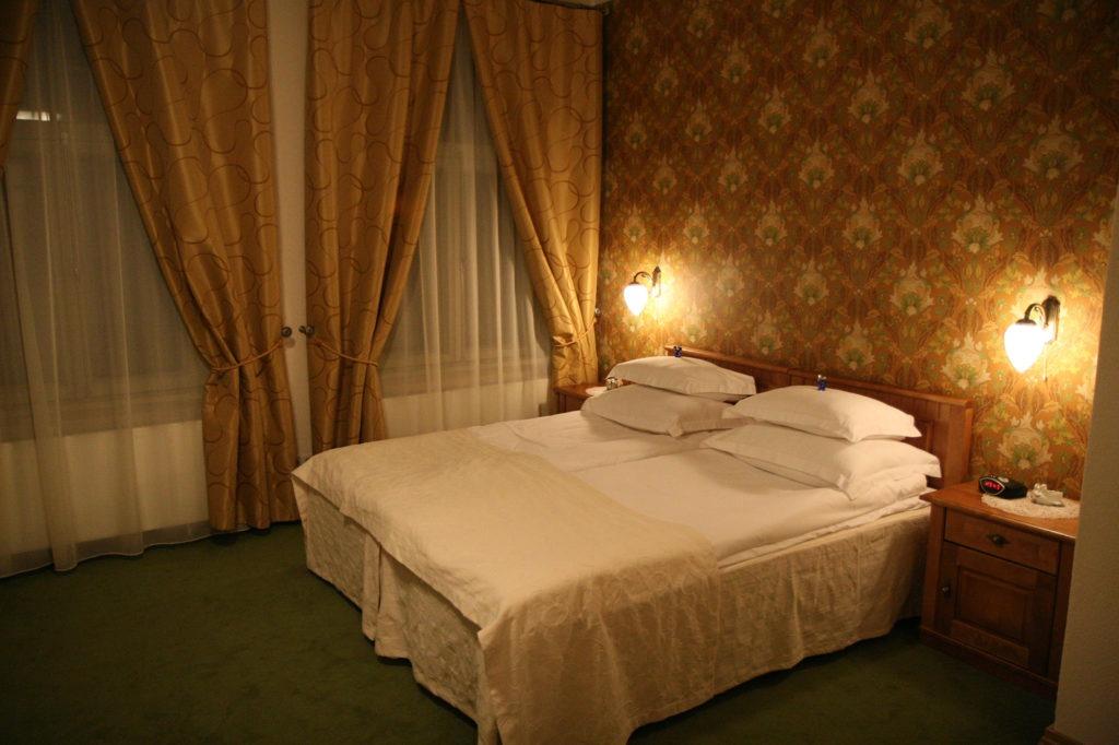 Кремовые и коричневые обои с узором в спальне