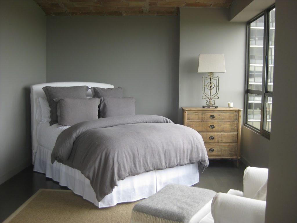 Серые обои в скандинавском интерьере спальни