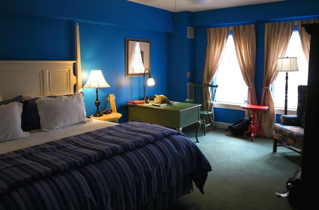 Синие обои красиво смотрятся в большой спальне