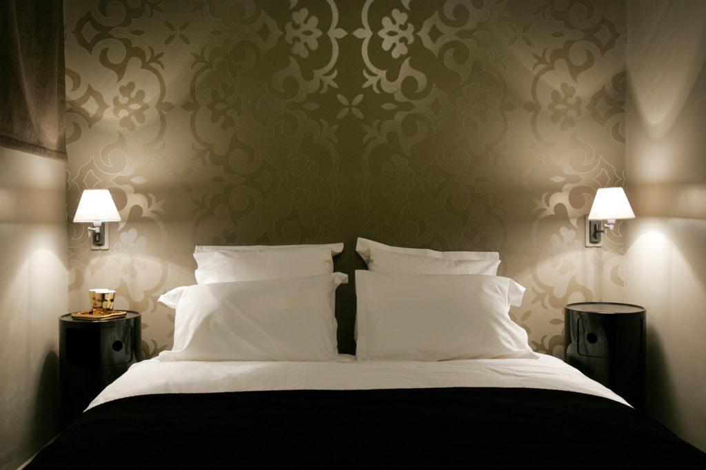 Серые обои с блестящим рисунком в спальне