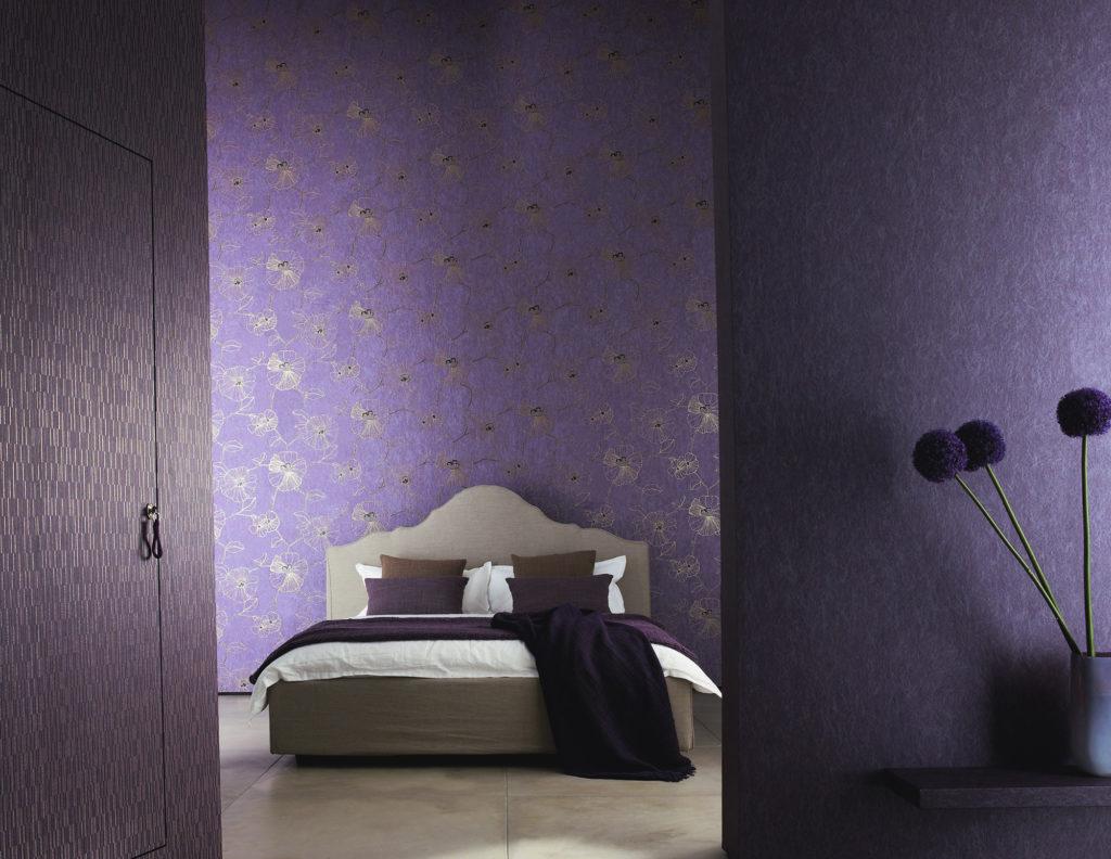 Фиолетовые обои с золотистым рисунком для спальни