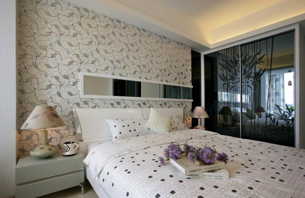 Кремовые обои с цветочным рисунком смягчают современное пространство спальни