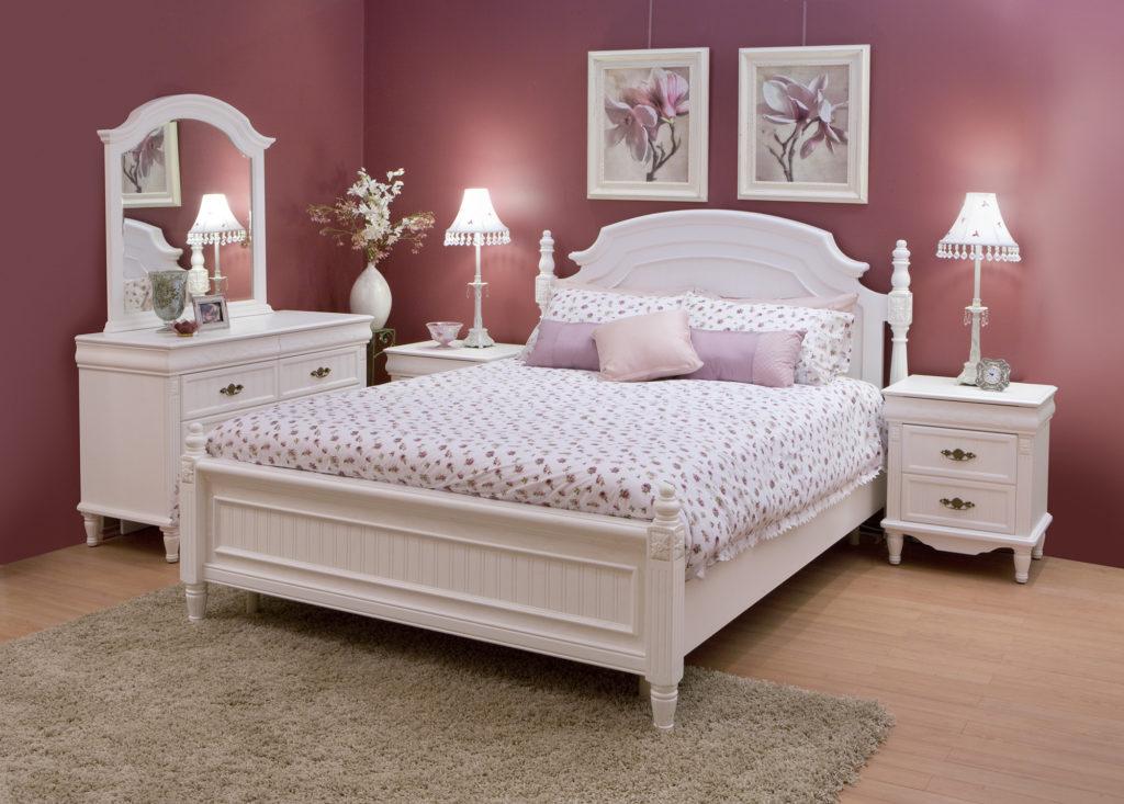 Темно-розовые обои для спальни