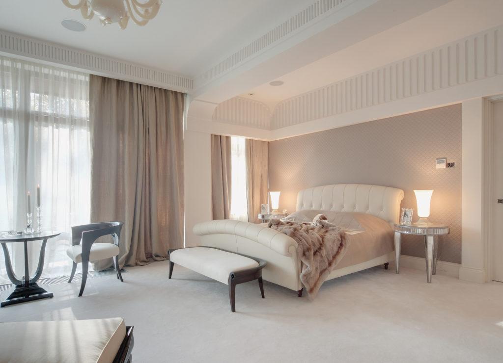 Кремовые обои для светлой спальни