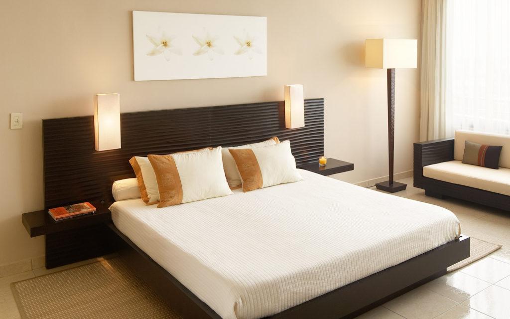 Бежевые обои создают спокойную обстановку в спальне