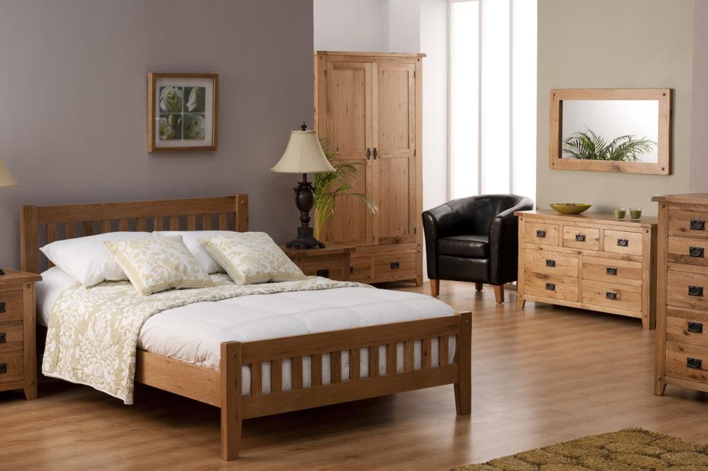 Сиреневые и кремовые обои в спальне