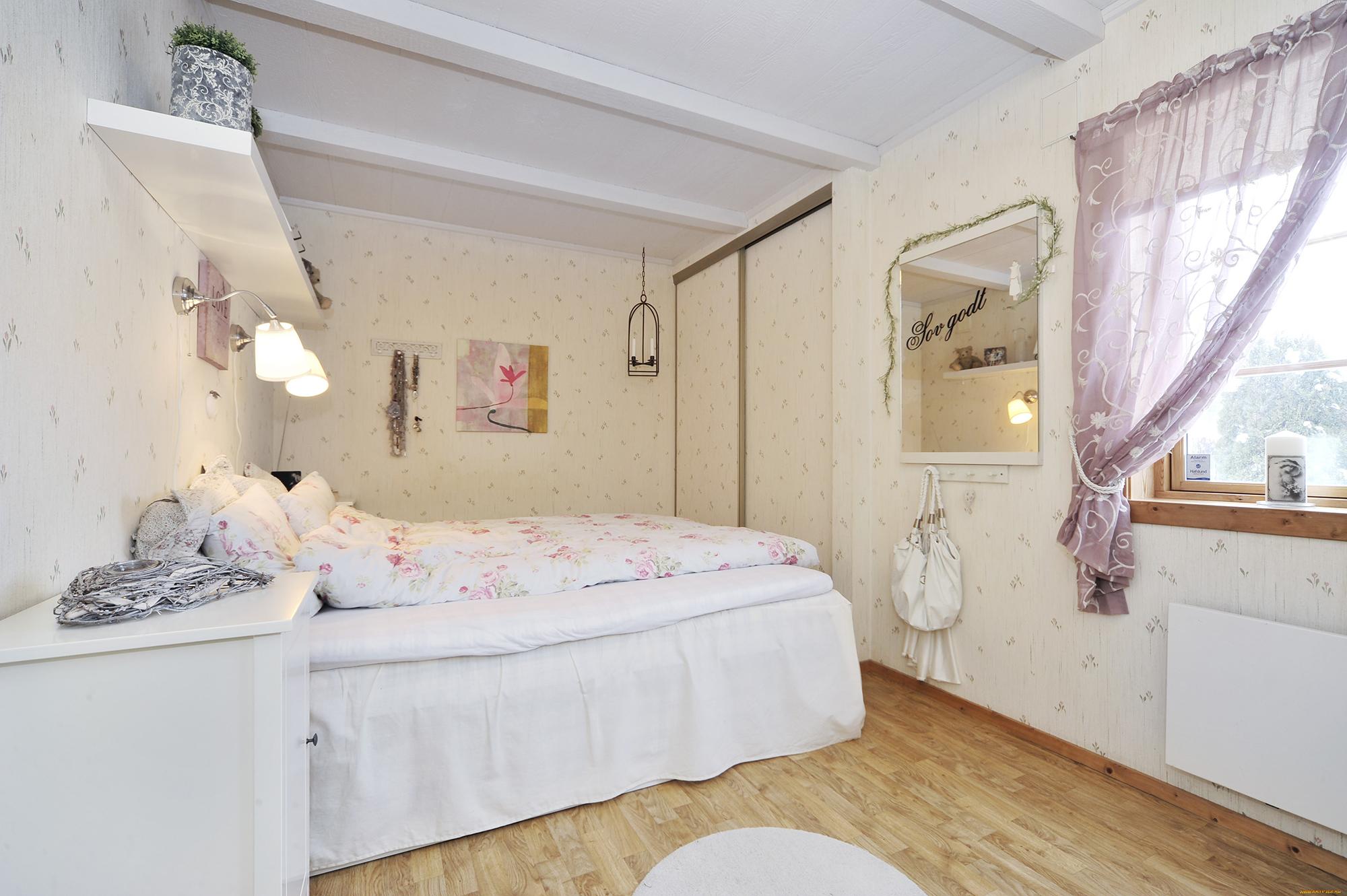 Настенные светильники в романтичной спальне