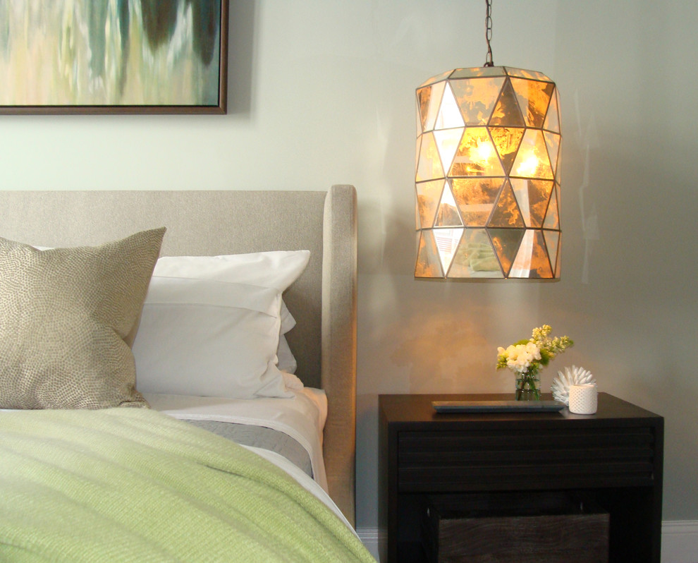 Яркий и объемный подвесной светильник в спальне