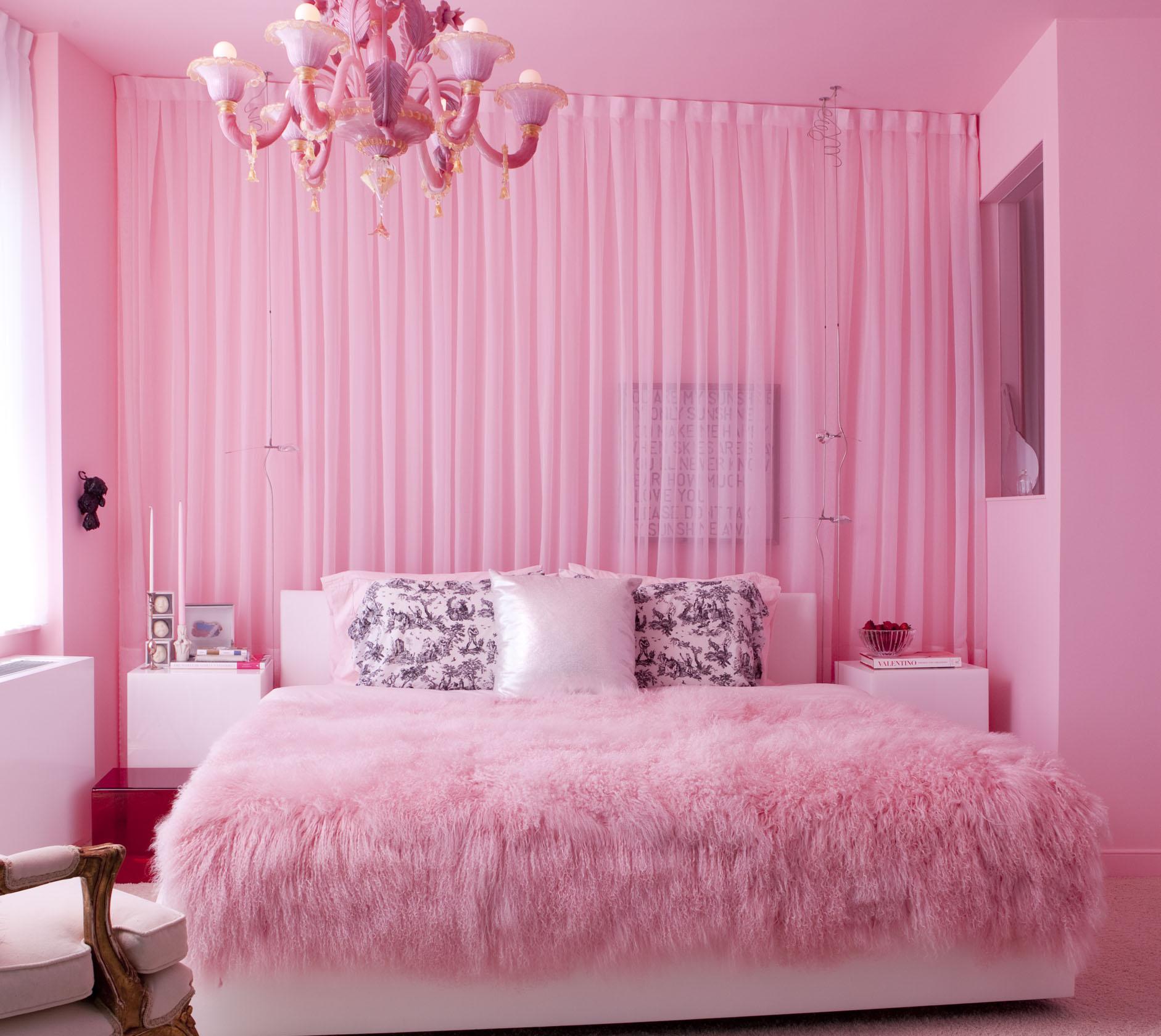 Яркая розовая спальня