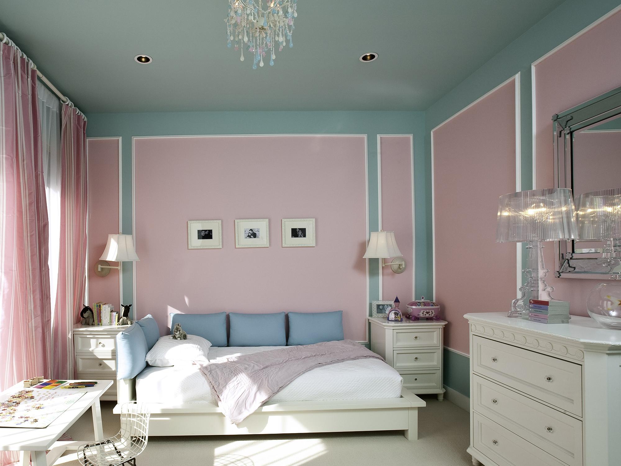 Белая мебель в спальне в розовых тонах