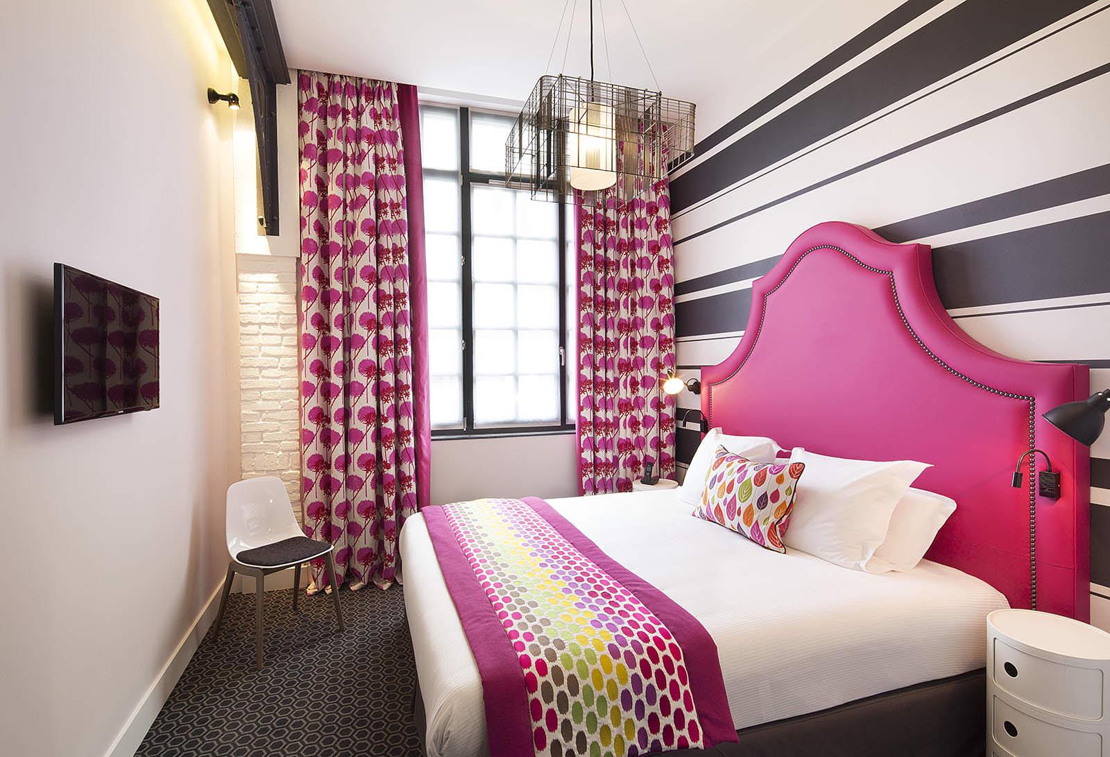 Красивая спальня с розовыми элементами