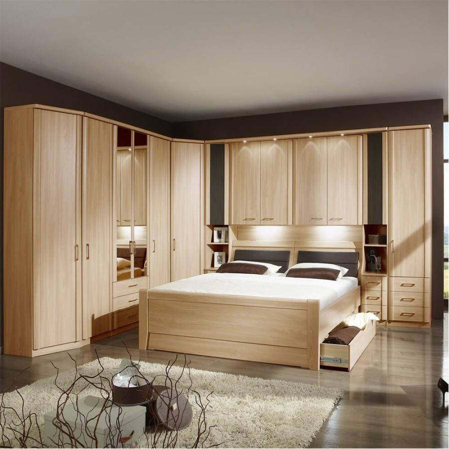 Угловой шкаф и кровать в одном стиле