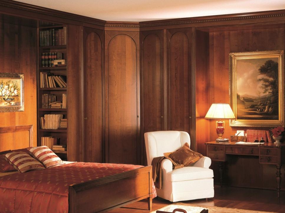 Деревянный угловой шкаф в классическом интерьере спальни