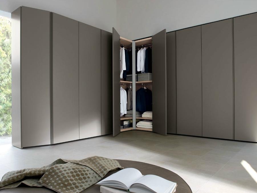 Темно-серый распашной угловой шкаф в спальне