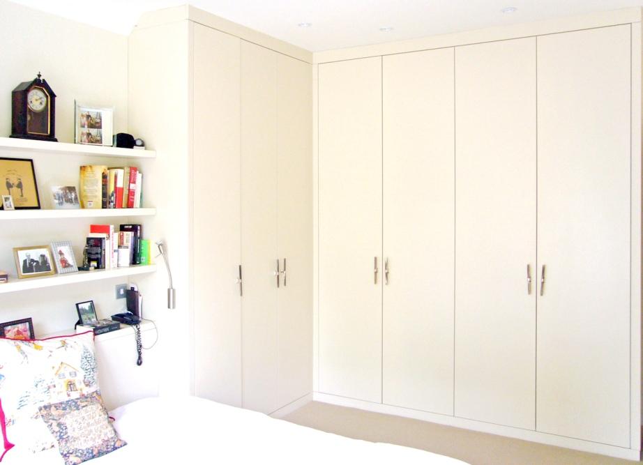 Светло-бежевый угловой шкаф в спальне