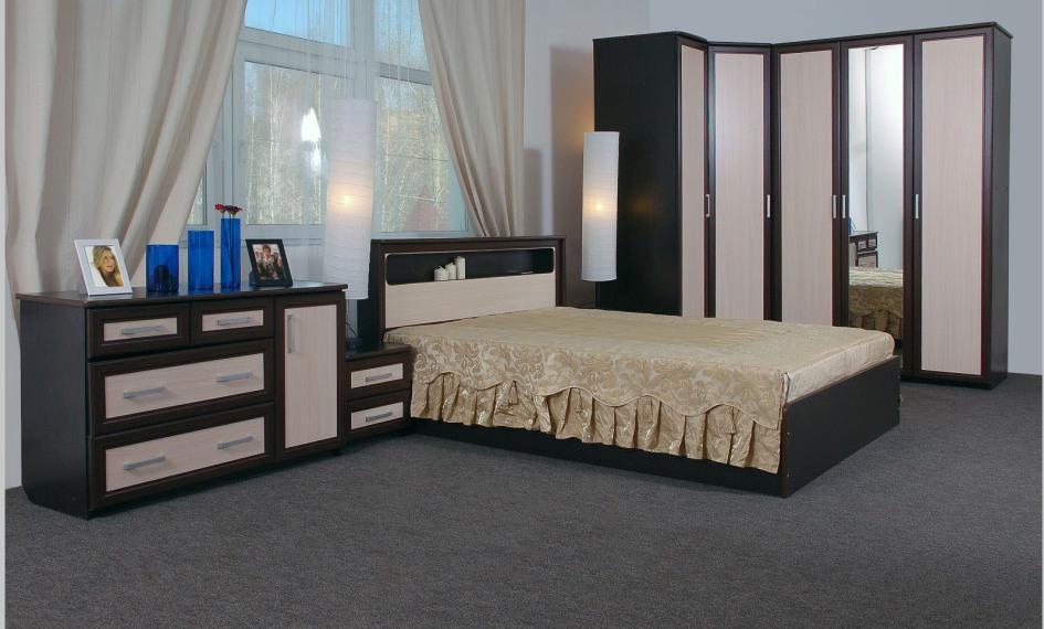 Черно-бежевый комод и угловой шкаф в интерьере спальни
