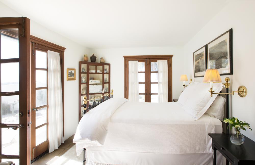 Маленький угловой шкаф в спальне