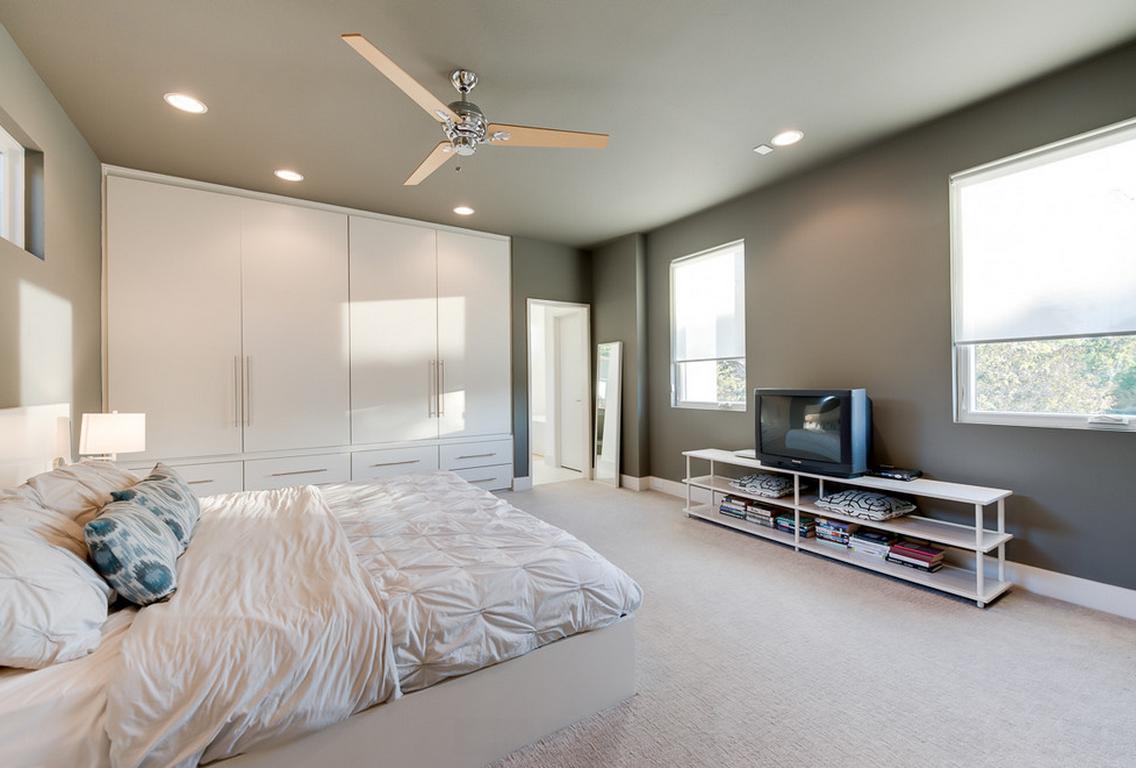 Белый встроенный шкаф с интерьере спальни