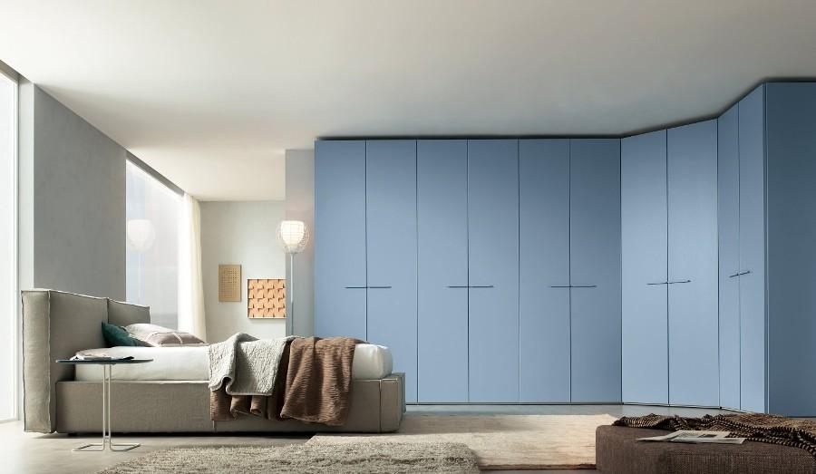 Синий угловой шкаф в спальне