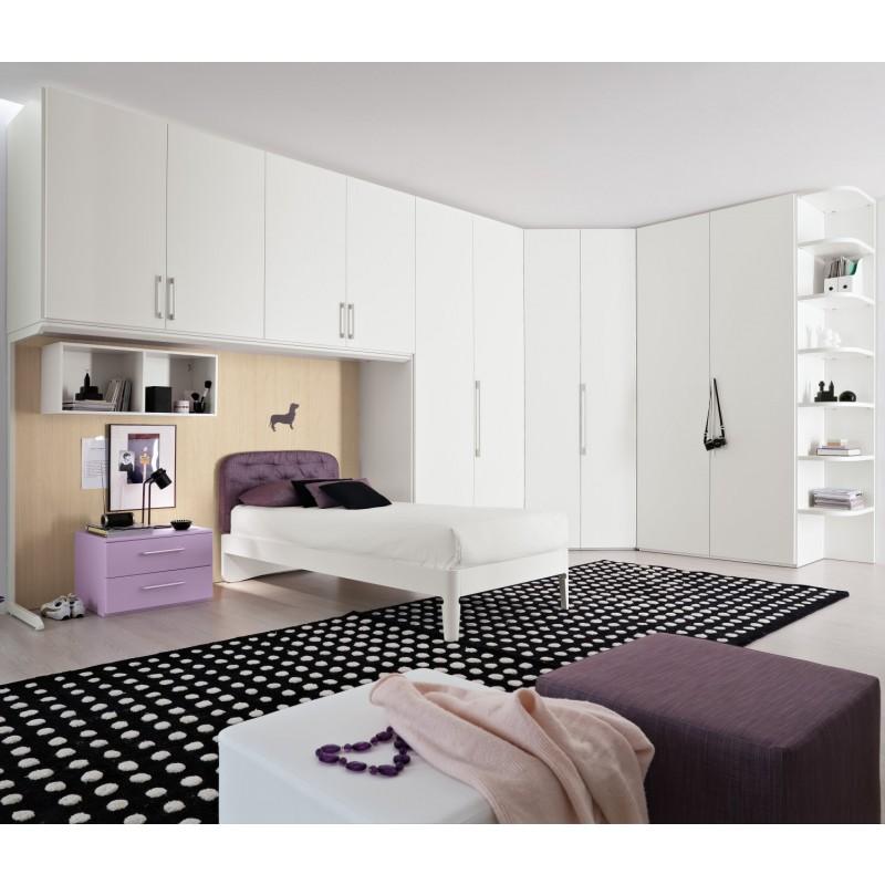 Белый вместительный угловой шкаф в спальне