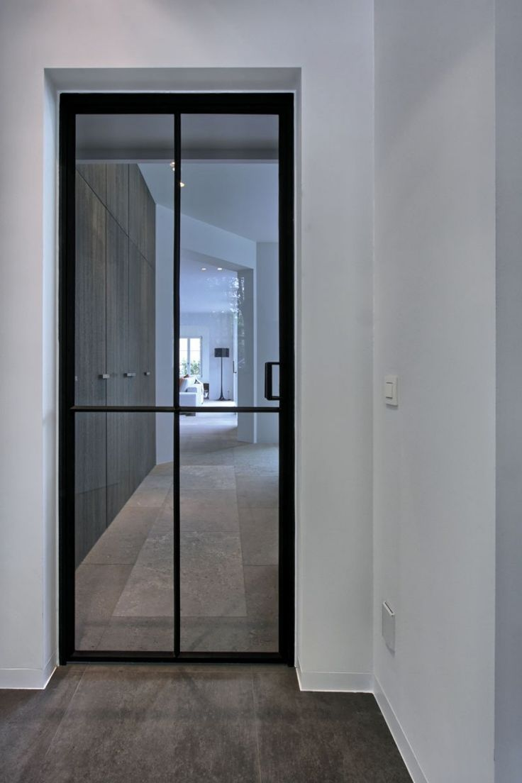 Темная дверь стеклянная