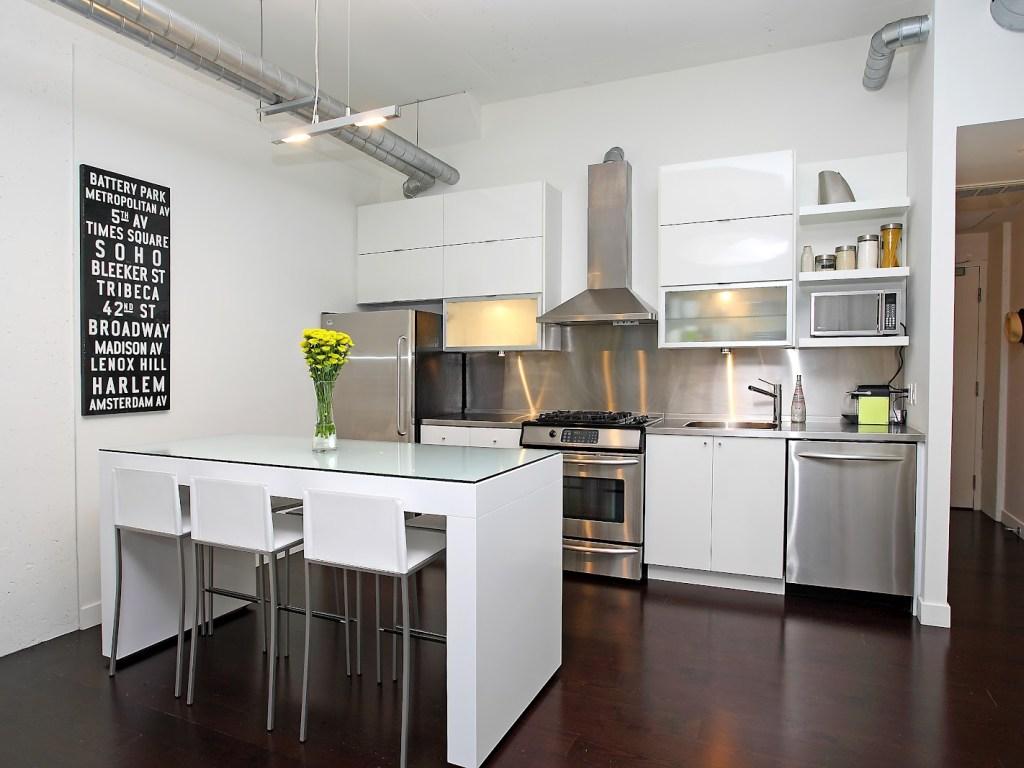 Дизайн кухни с барной стойкой стеклянной