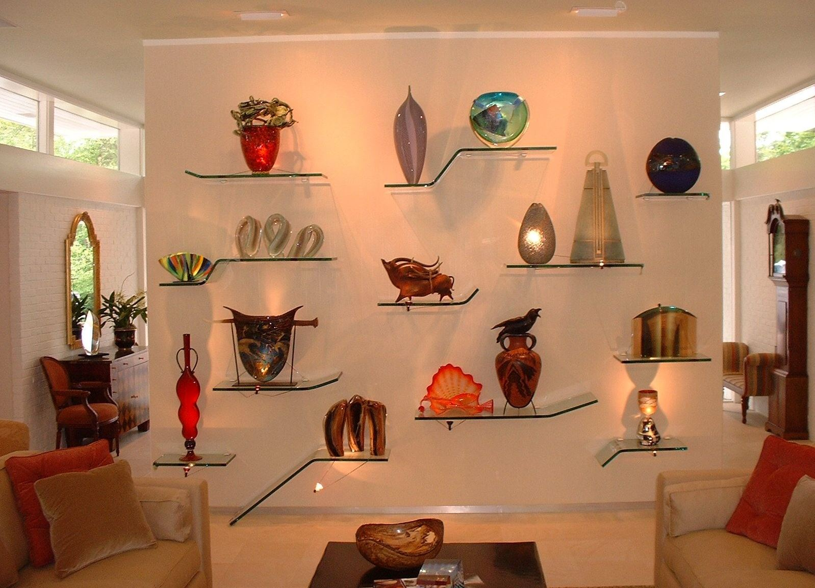 Стеклянные полки в гостиной для декоративных аксессуаров