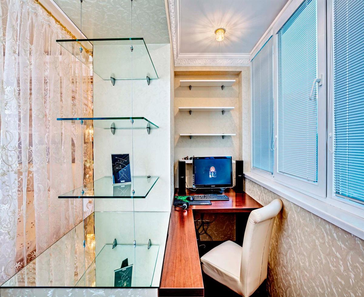 Стеклянные полки в небольшом кабинете