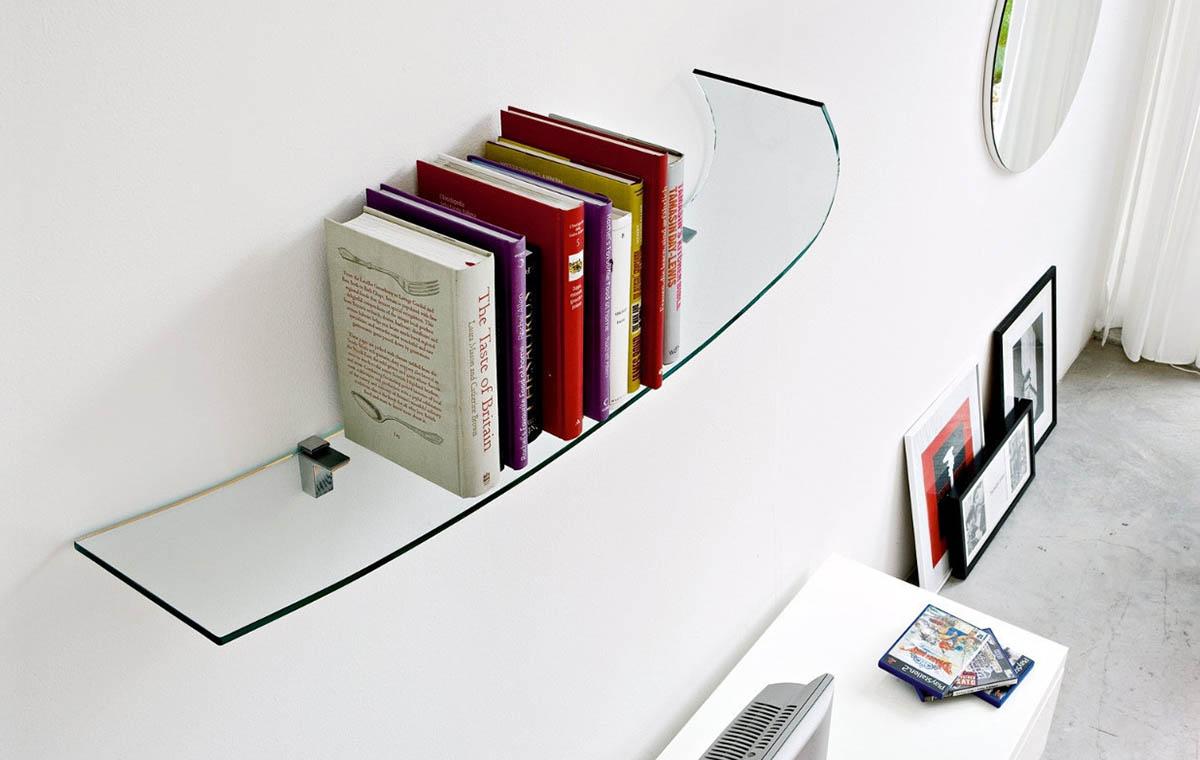 Фигурная книжная стеклянная полка в интерьере
