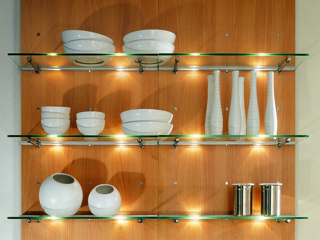 Красивые стеклянные полки для посуды на кухне