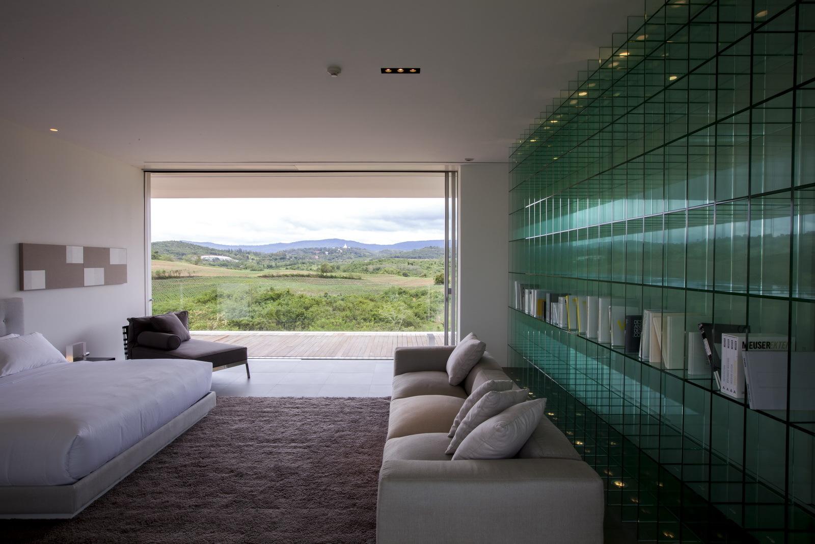 Большой стеклянный стеллаж в интерьере дома