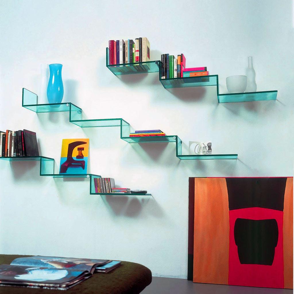 Книжные полки из стекла в гостиной