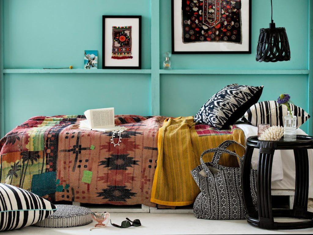 Спальня в стиле бохо с бирюзовой стеной