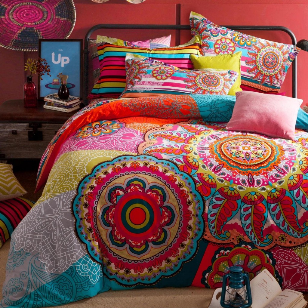 Красивая яркая спальня в стиле бохо