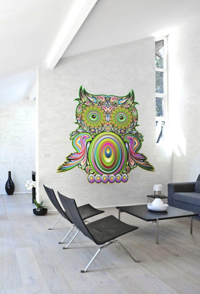 Яркий рисунок совы в стиле бохо оживляет двухцветный интерьер