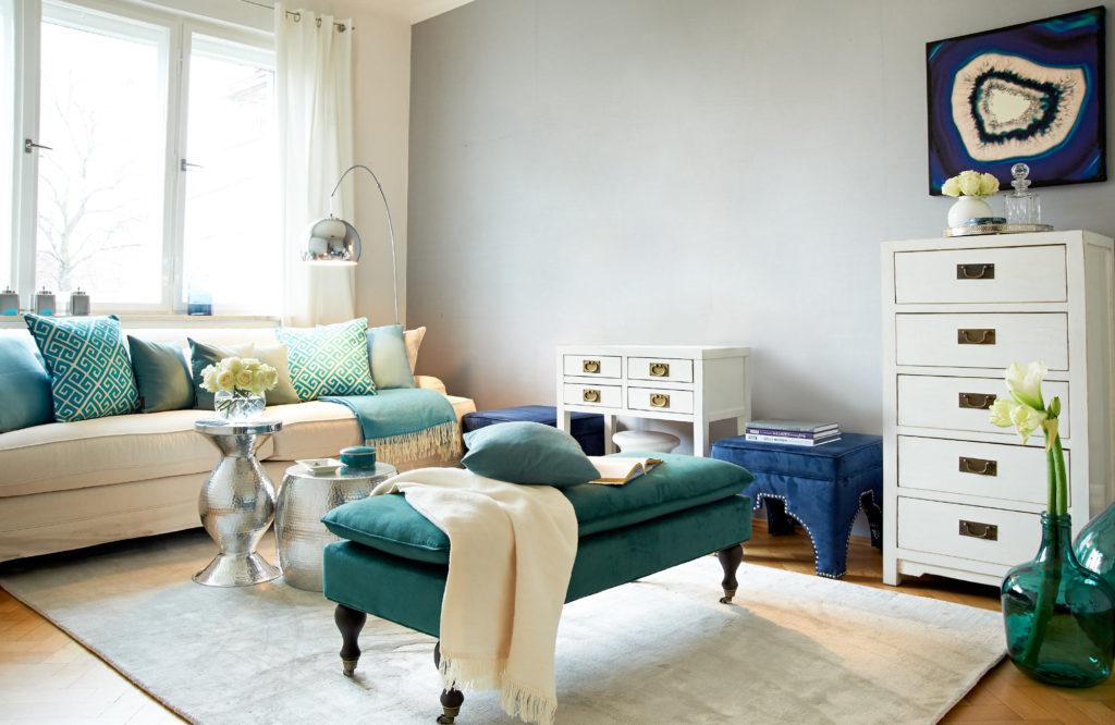 Светлая и просторна гостиная в бохо стиле