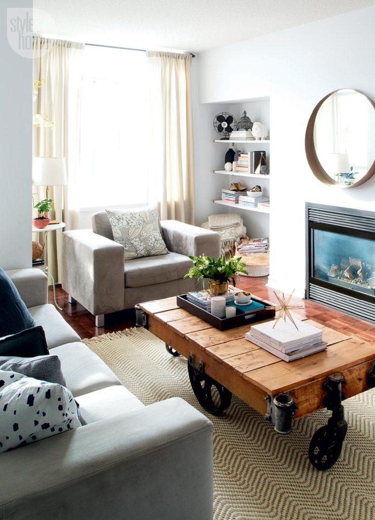 Небольшая гостиная в стиле бохо с деревянным столиком