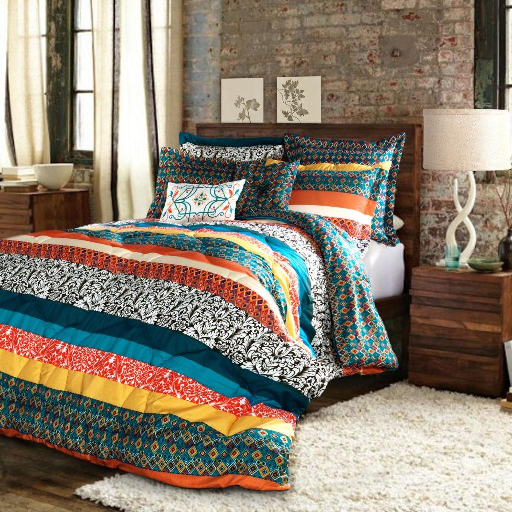 Спальня в бохо стиле с ярким постельным бельем