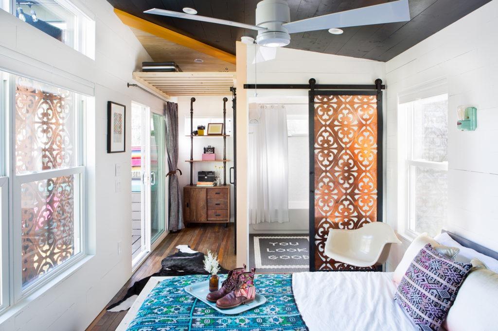 Уютная спальня в бохо стиле с раздвижными дверями