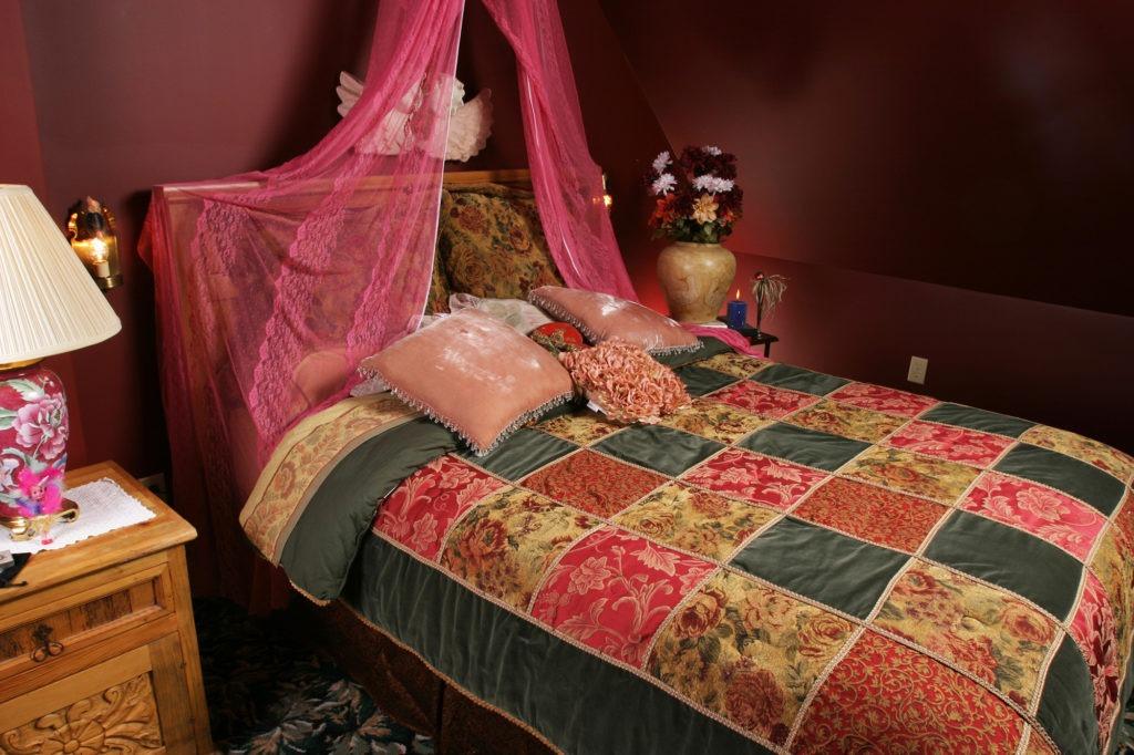 Кровать с прозрачным навесом в бохо стиле