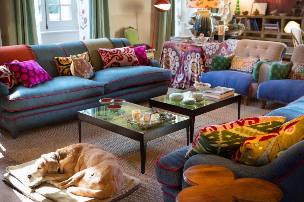 Гостиная в стиле бохо шик с яркими подушками