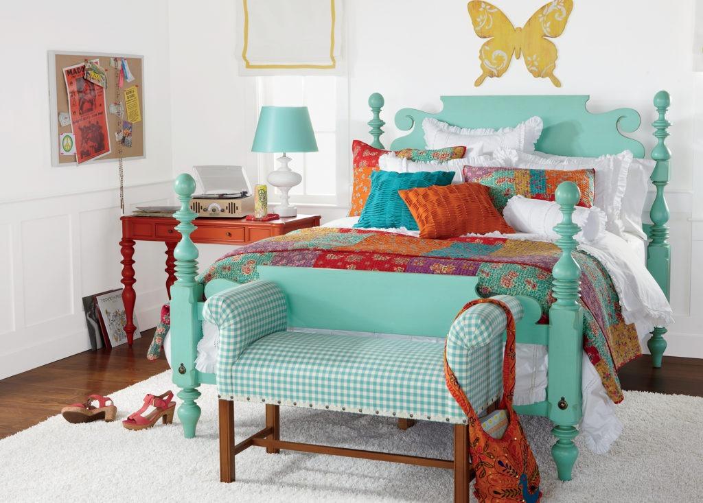 Спальня с белым ковром в бохо стиле