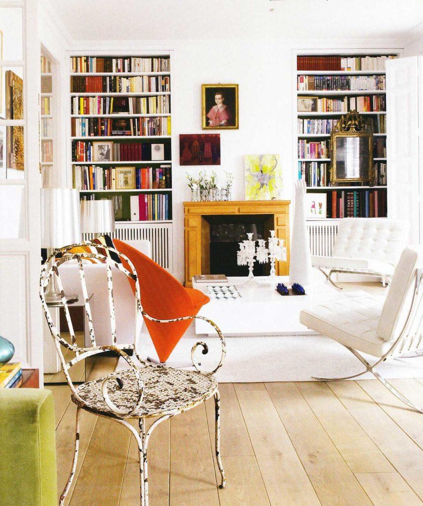 Светлый интерьер гостиной с камином в стиле бохо