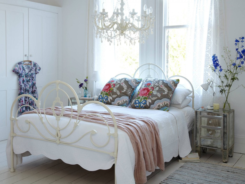 Светлая спальня с яркими подушками в стиле бохо
