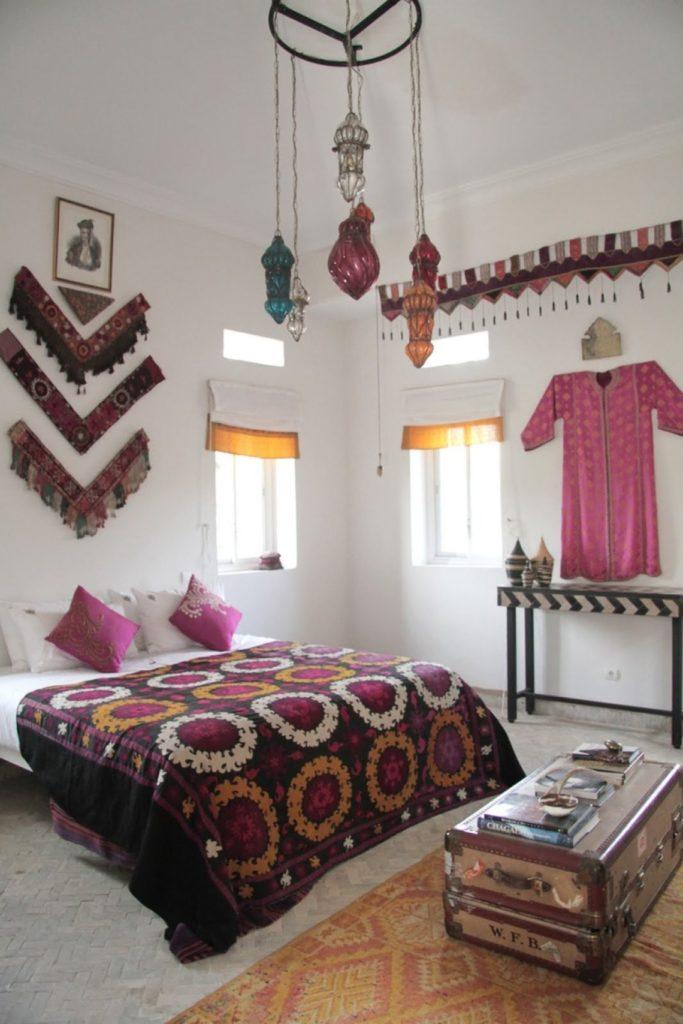 Спальня в стиле бохо с сундуком