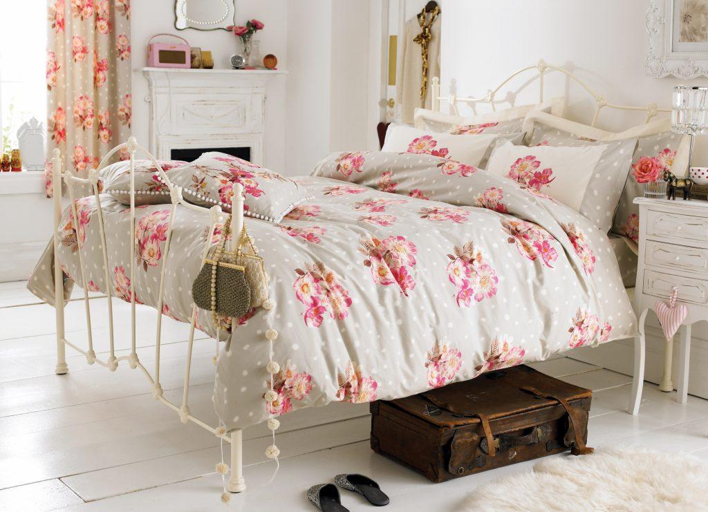 Спальня в стиле прованс с цветочным принтом на постельном белье и шторах