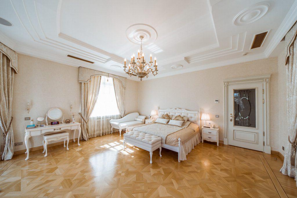 Просторная спальня к кремовых тонах в стиле прованс