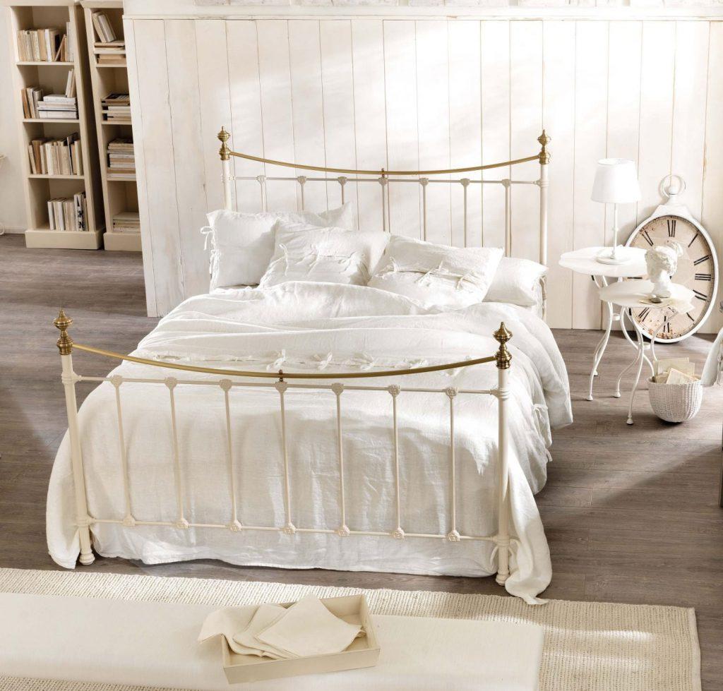 Бежевый и белый текстиль в спальне в стиле прованс