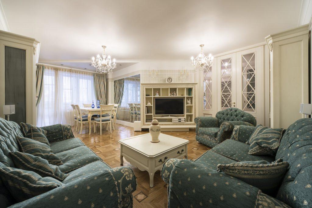 Гостиная в стиле прованс с темно-зелеными диванами
